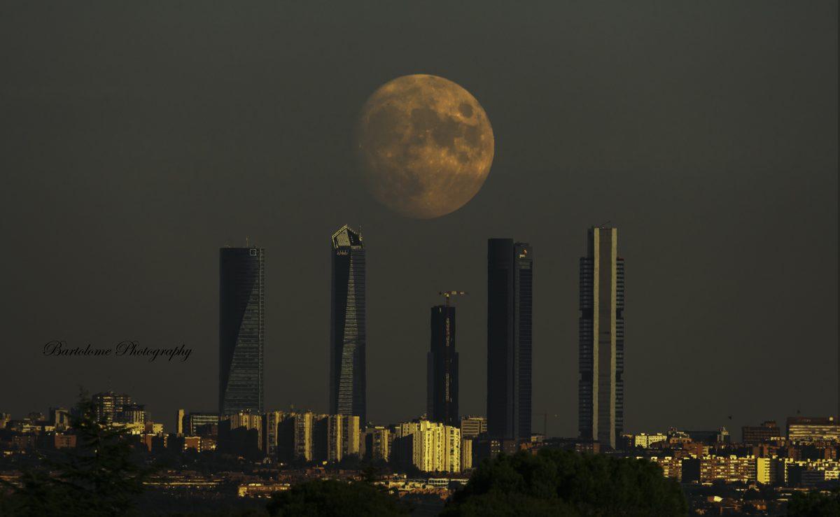 Galería de fotos Galería de fotos Cuatro torres con luna llena
