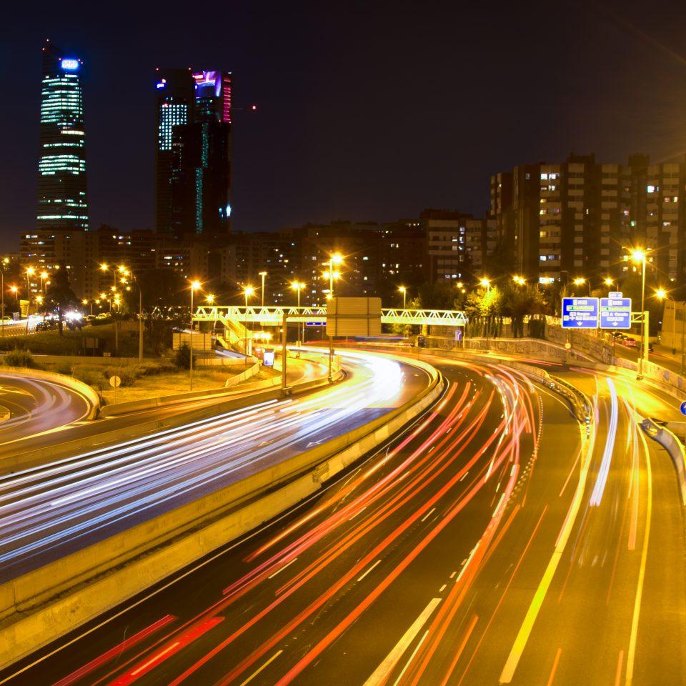 Galería de fotos Cuatro torres con estelas de luces.
